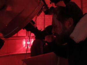 Observation sous les lumières rouges