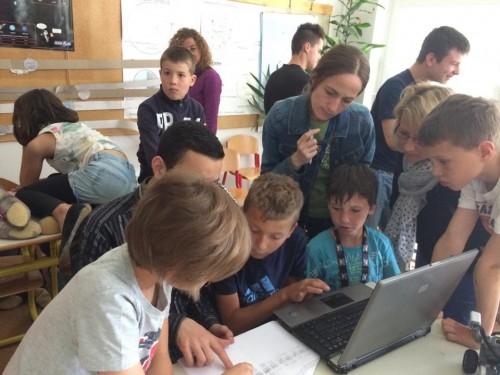 Les professeurs observent les activités des élèves