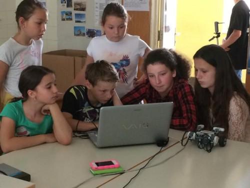 Jeunes Slovènes et leur robot